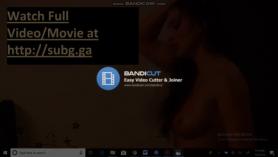 Chica rubia flaca con tetas pequeñas se está follando de la espalda, mientras que en la webcam