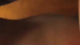 Chico negro está haciendo un video caliente de su culo, mientras su novio está delante de ella