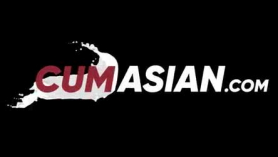Mujer asiática cachonda extiende las piernas de su amante y se vuelve a sí misma la mamada correcta