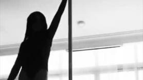 Bailarín de polo negro entintado tira de su novio