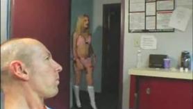 Slutty, Blonde Landlord está probando a otras damas y follando su coño como loco por el día