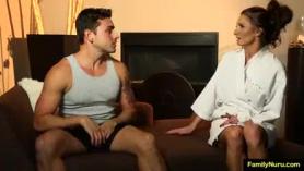 MILF caliente y su esposo se emborracharon muy y no podían contener de tener relaciones sexuales.