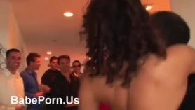 Orgía de la casa salvaje con parejas y chicos cachondos en el club donde sucede mucho sexo.