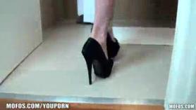 Adolescente rubia de patas largas requiere un problema profundo