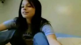 Chica de pelo oscuro se desnuda por su madera.