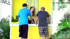 Brooke y Dani están teniendo una orgía increíble con su guapo propietario, en su villa.