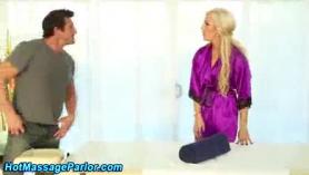 Masajista rubia perfecta en lencería rosa follando duro en su cliente