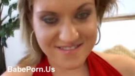 Babe tetona en camisa verde, Brenna Sparks está recibiendo DP de su amante, mientras que en el techo