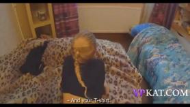 Slim, pequeño adolescente titted está poniendo su coño lamido frente a la cámara y disfrute.