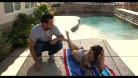 Rubia Harlow Babe está dando la mejor mamada para su chico, mientras se arrodilla en el suelo