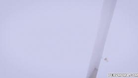 Vanessa Cage está usando un gran consolador para perforar su hendidura sobre la cabeza, hasta que se corre.