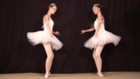La bailarina dulce con tetas grandes está teniendo una acción sexual anal suave, por un escritorio.