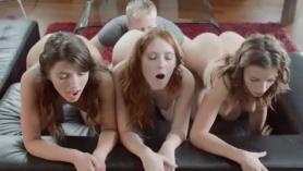 Las chicas de mente sucia están teniendo un trío con un gran pepino en la cocina, mientras que afuera