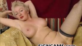 Puta madura rubia sexy en una gran falda corta