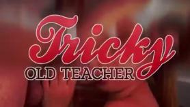 Linda adolescente sedujo a su maestra en una habitación de hotel y lo gangó hasta que se agotó completamente.