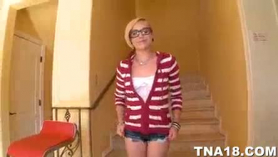 Miley May y su amigo caliente fumar están teniendo un trío de vapor, en la sala de estar.
