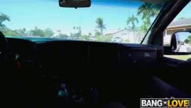 Paige Owens está entrenando su técnica favorita de karate, y haciéndolo con un chico a la que le gusta.
