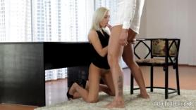 Emily Bousy ansiosa en sus rodillas