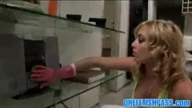 Kinky Rubonde está a punto de experimentar un orgasmo intenso para conocer mucho a su nuevo compañero de cuarto