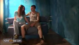 Señora excitada disfruta de su joven amante chupando toda su polla dura mientras está en el sofá.
