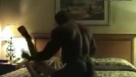 Blonde MILF con un gran Schlong negro le gusta jugar con una puta máquina en el dormitorio