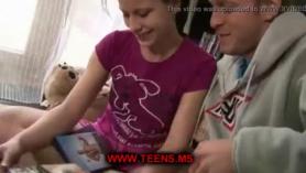 Chicas cachondas y chicas lesbianas compartiendo pollas