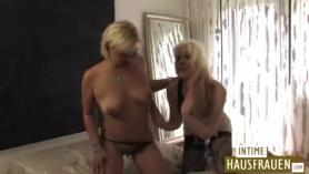 MILF alemán espera montar la polla de su amante como una puta real porque la excita