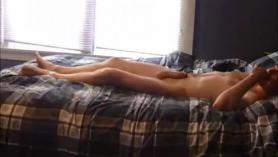 Morena adolescente apasionada está a punto de tener sexo casual con un anciano del barrio.