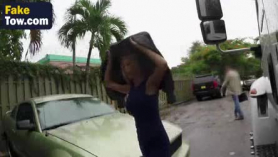 El conductor de la camioneta blanca tetona está consiguiendo el coño mojado de su lesbiana, se lamió antes de asustarte con fuerza