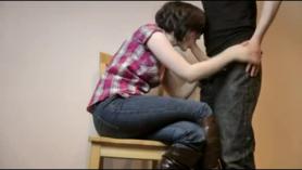 Morena caliente con grandes tetas se está volviendo golpeada de la espalda mientras monta la polla de su amante