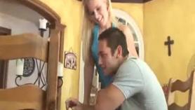 Blonde Slutty, Bessi está mostrando su consolador de correa favorita a un chico a la que está enamorada de