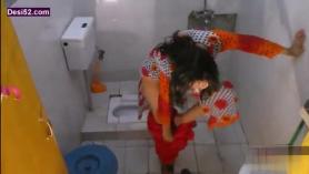 Después de un baño, una chica asiática está recibiendo un juguete sexual en su apretado agujero de culo