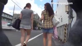 La colegiala japonesa le dio una orden suave a su maestra para follarla con fuerza y beber su orina.