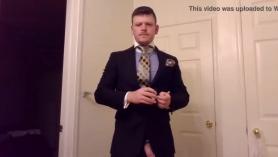 El hombre guapo sabe cómo hacer una MILF pervertida masturbarse con él hasta que le dé todo.