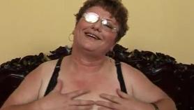 Joven mamá gorda digitación su coño peludo
