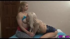 Rubia MILF y el mejor amigo de su hijo están teniendo un trío casual en la sala de estar.
