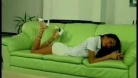 El delgado asiático está acostado en la cama y tocando suavemente su coño en varias posiciones.