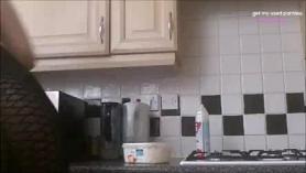 Morena tetona con coño peludo, jazmín está jugando con pepinos en lugar de hacer su trabajo