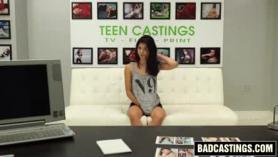 La morena adolescente dulce siempre está de humor para desnudarse completamente y se masturban como locos