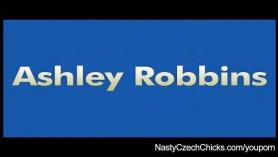 Yara Robbins le pidió a su hija kinky que la dejara jugar con su coño peludo, en el dormitorio.