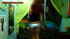 Petite Ebony Babe se inclina para un rimjob en bruto