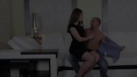 Babe morena en tacones altos se está volviendo amordazada y follada, en lugar de hacer su trabajo en el trabajo