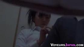 Nena japonesa se está volviendo golpeada en una posición de estilo perrito por una gran polla negra