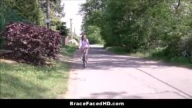 Adolescente rubia con tetas enormes